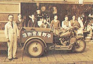 平野屋金物店の前集合写真